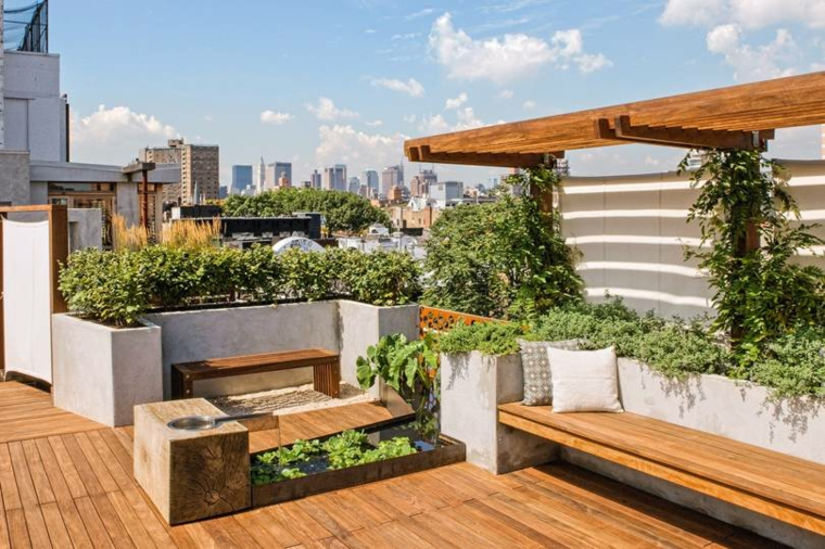 Terrazza con pavimentazione in legno, arredo con panchina e vasi di cemento per piante