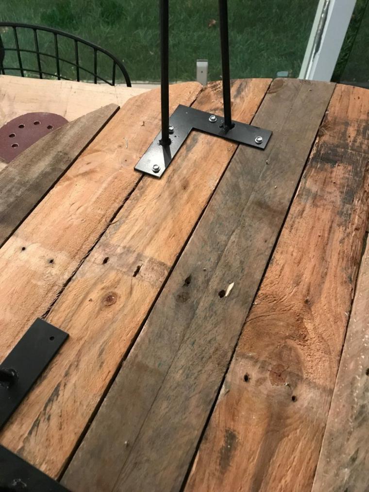 Come utilizzare i bancali di legno, tavolo di legno con gambe di metallo