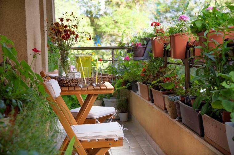Arredare balcone piccolo e stretto, balcone con tavolo di legno e sedia, ringhiera con vasi di fiori