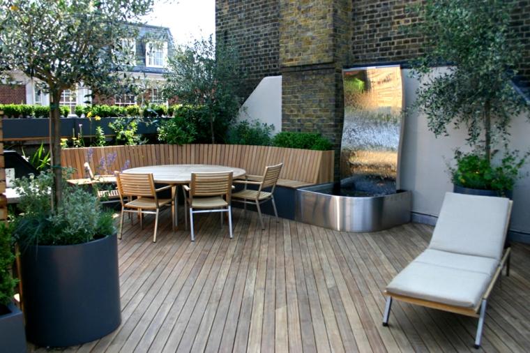 Terrazza con panchina di legno e tavolo, terrazzo con pavimentazione in legno