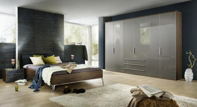 Armadio con porte lucide, letto con testata in pelle, pavimento in legno chiaro