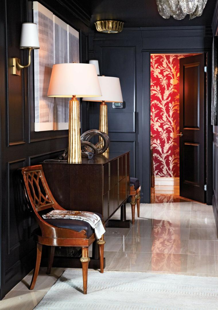 arredamento entrata appartamento mobile di legno con sedia pavimento corridoio in piastrelle bianche