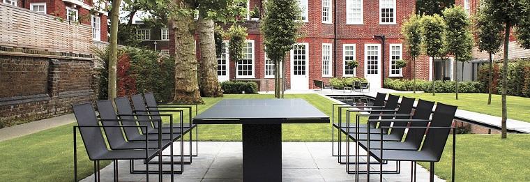 arredamento esterno tavolo sedie neri design moderno