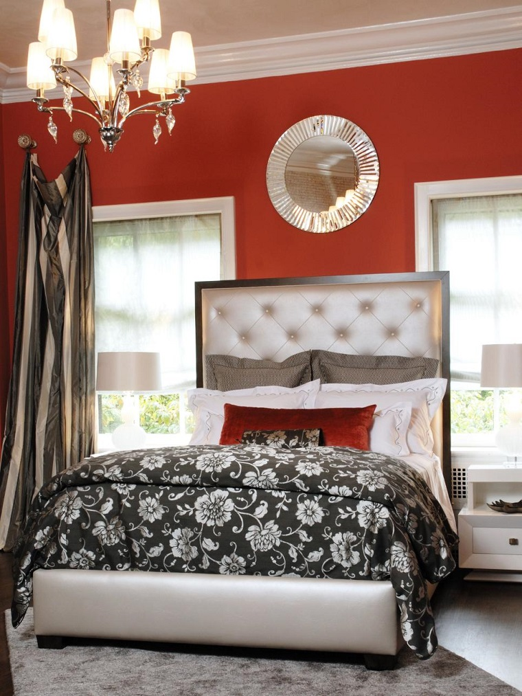arredamento moderno mobili colore chiaro parete rossa