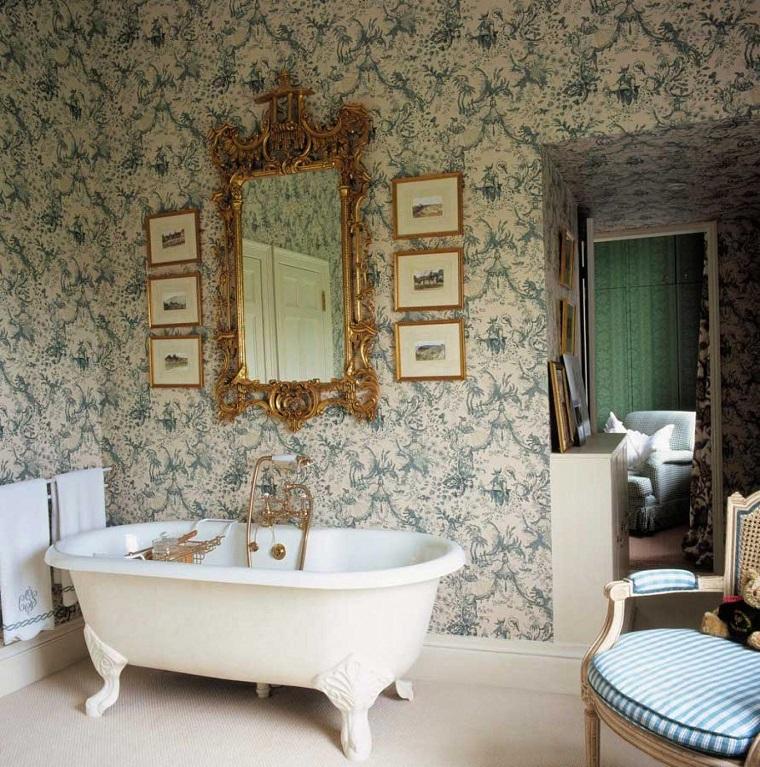 arredamento stile provenzale bagno grande specchio cornice dorata