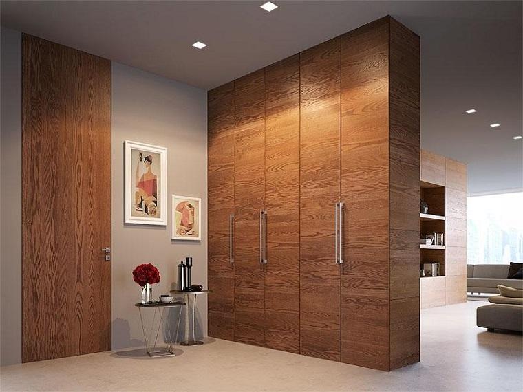 arredare corridoio lungo armadio di legno decorazione con due tavolini rotondi
