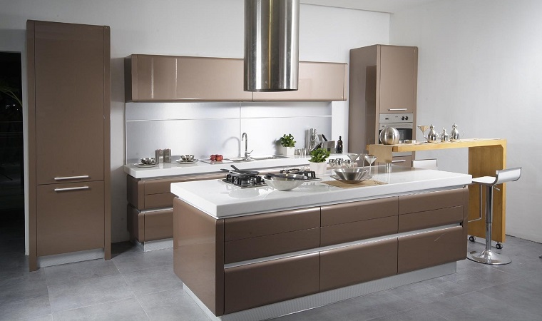 arredare cucina design moderno pareti bianche ante color marrone