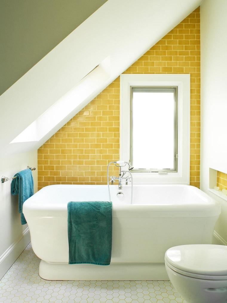 arredare il bagno stile moderno parete colore giallo