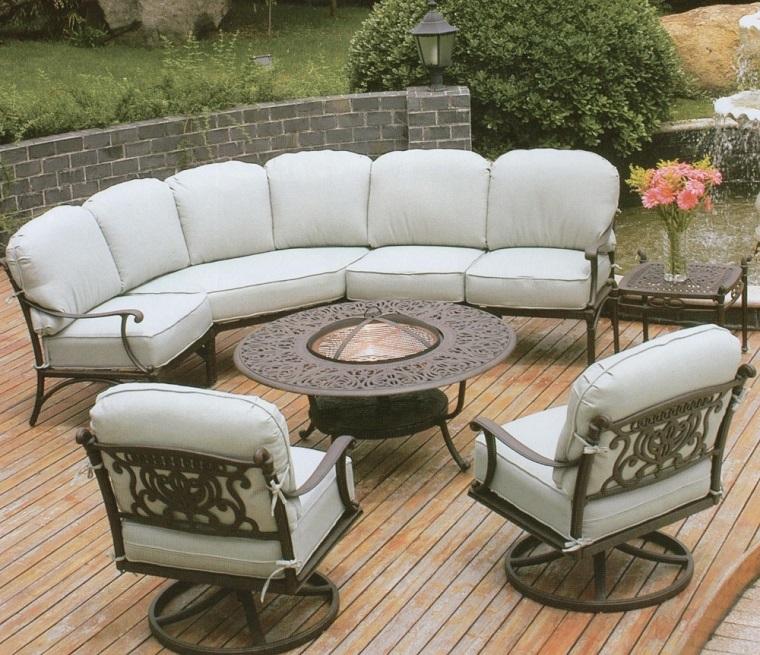 arredo esterno patio cuscini bianchi struttura metallo decorato