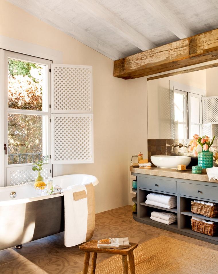 bagno arredato stile rustico vasca