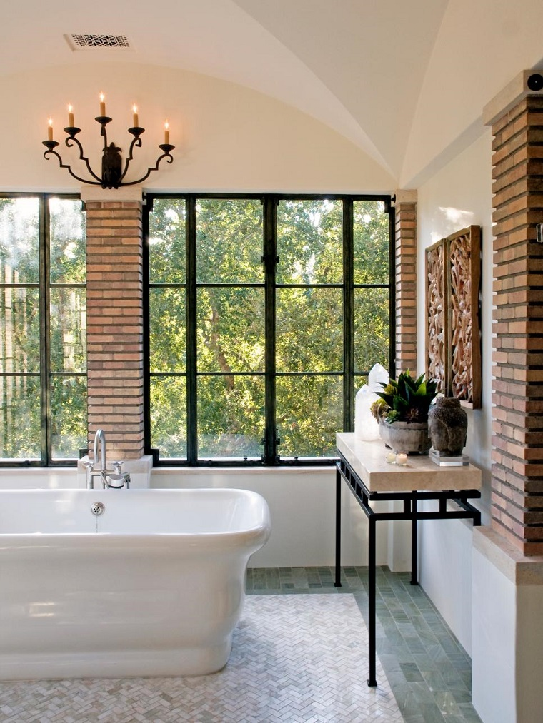 bagno elegante vasca freestanding parete bianca inserti pietra