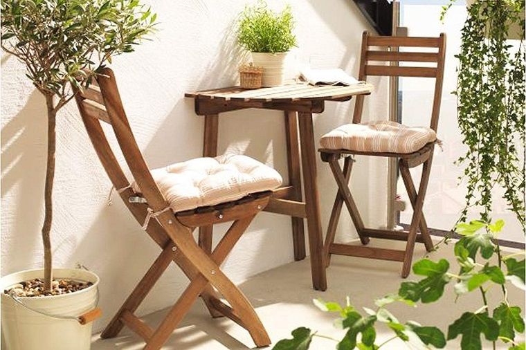 Balcone ecco come arredare uno spazio piccolo in modo for Tavolo e sedie terrazzo
