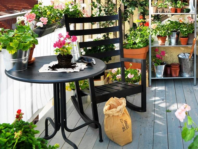balcone piccole dimensioni tavolo sedie tante piante