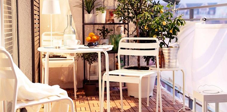 balcone piccolo arredato set mobili bianchi