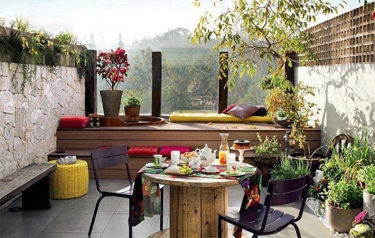 balcone piccolo arredato tavolo legno originale
