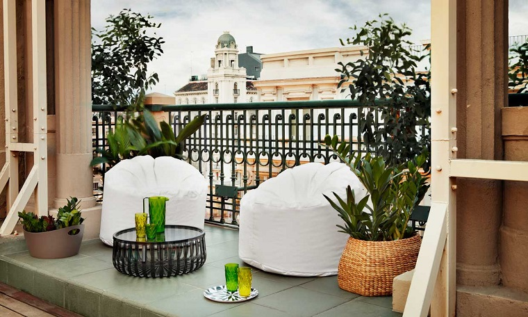 balcone piccolo poltrone bianche design