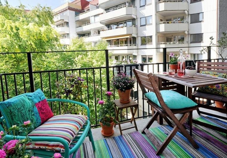 balcone piccolo sedie divanetto piante