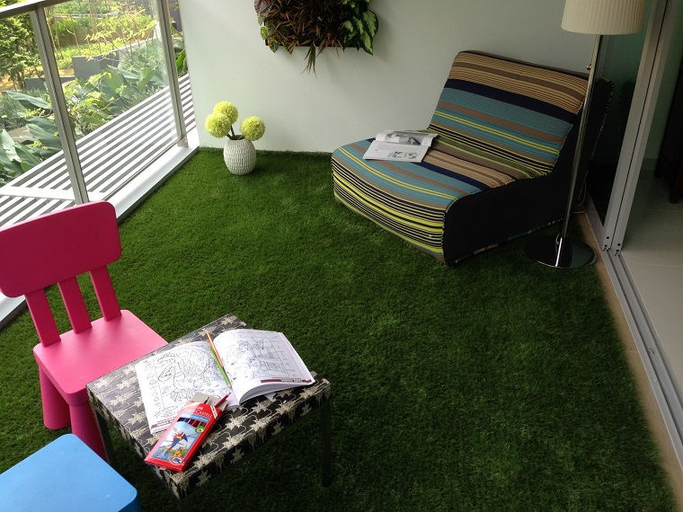 balcone piccolo tappeto finta erba