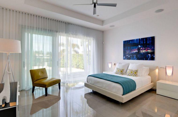 camera letto mobili colore chiaro tende bianche
