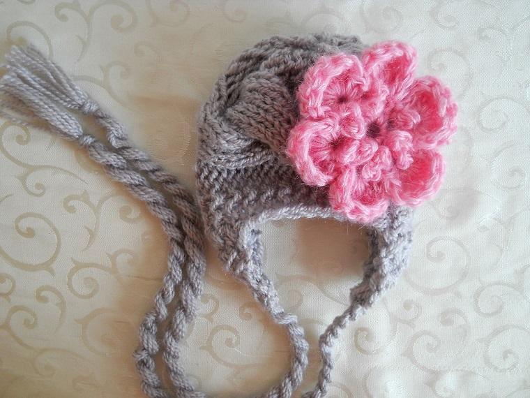 cappellino colore grigio fiorellino rosa