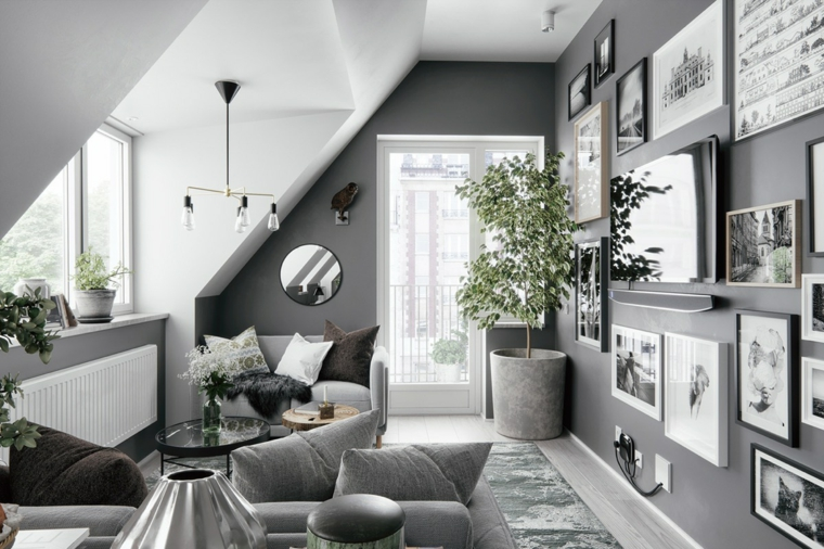 Soggiorni moderni componibili, divano di colore grigio, salotto con parete decorata con fotografie