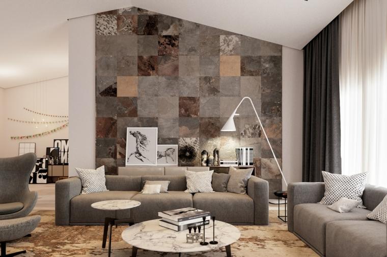 Esempi arredamento soggiorno, divano di colore grigio, parete con piastrelle colorate