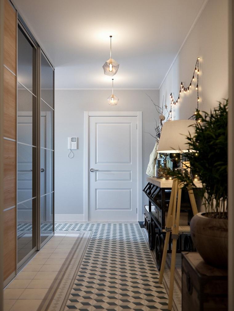 come arredare un corridoio pavimento in piastrelle armadio con porte scorrevoli