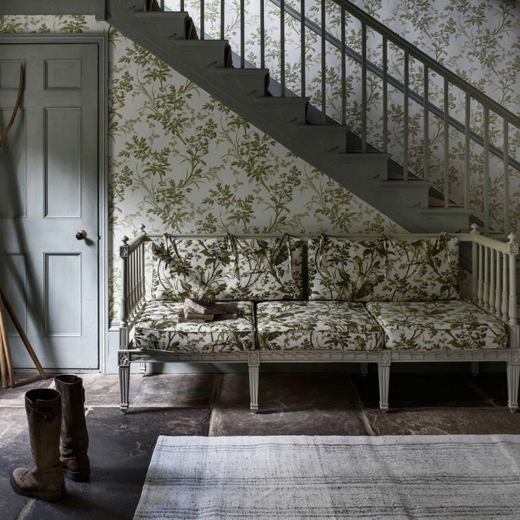 come arredare un ingresso piccolo divano di legno con cuscini pareti con carta da parati floreale