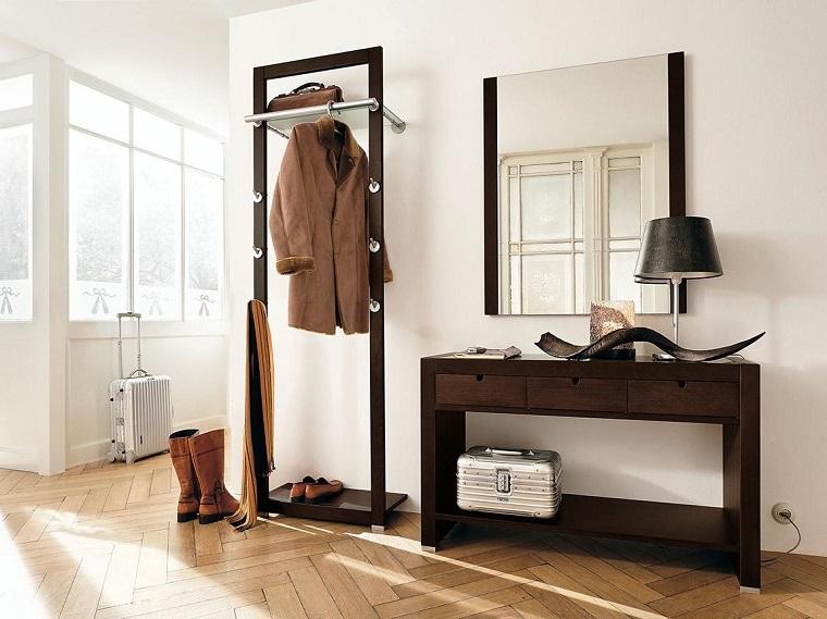 come arredare un ingresso piccolo mobile di legno con specchio appendiabiti con rotelle
