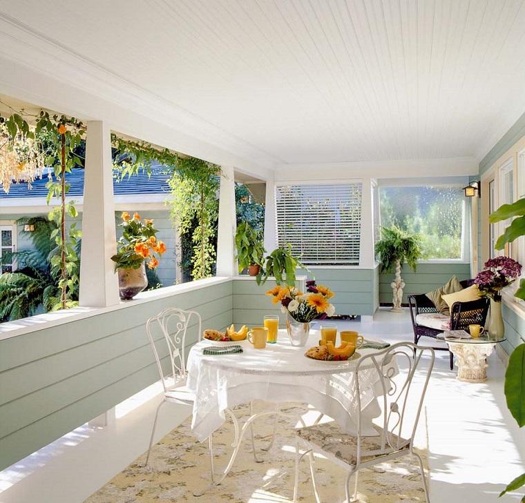 come arredare una veranda total white