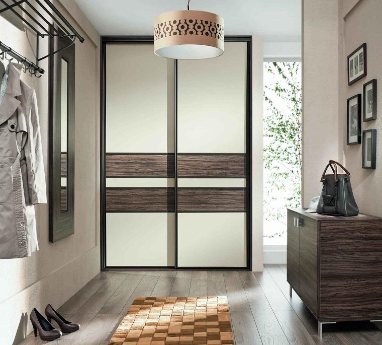 corridorio con pavimento in parquet mobile di legno appendiabiti da parete