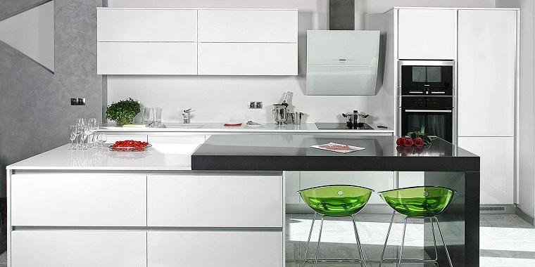 Cucine moderne bianche la magia del colore che illumina - Sgabelli per isola cucina ...