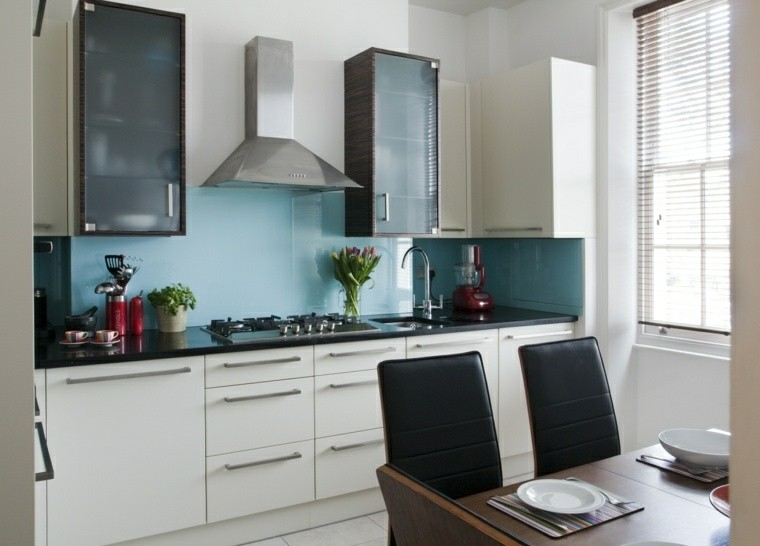 cucina paraschizzi azzurro mobili colore bianco