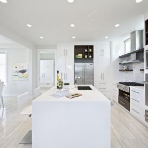 Cucine moderne bianche: la magia del colore che illumina lo spazio