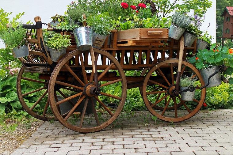 decorazioni giardino carro fiori stagione