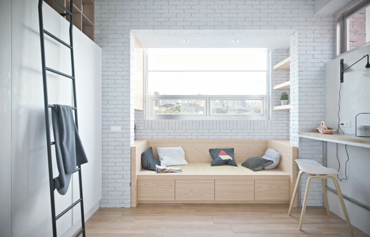 divano con scaffali parete con carta da parati scrivania con sedia scala interna