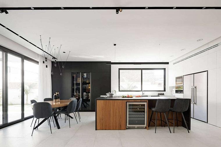 Parete attrezzata moderna, cucina open space con tavolo da pranzo