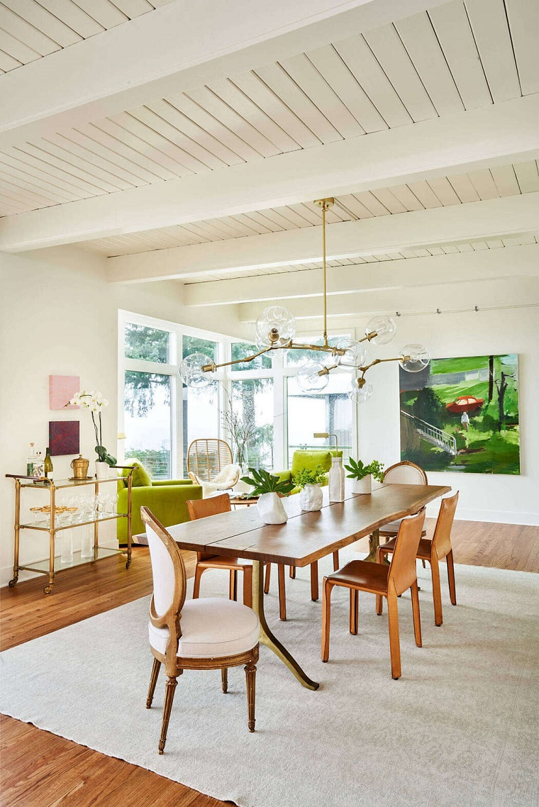 Come arredare sala e salotto insieme, sala da pranzo con tavolo di legno, living con soffitto in legno