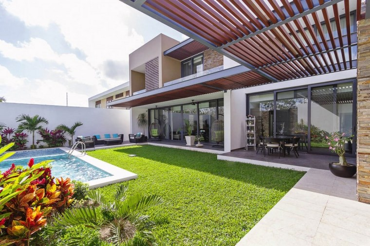 giardino con piscina idea mozzafiato area verde