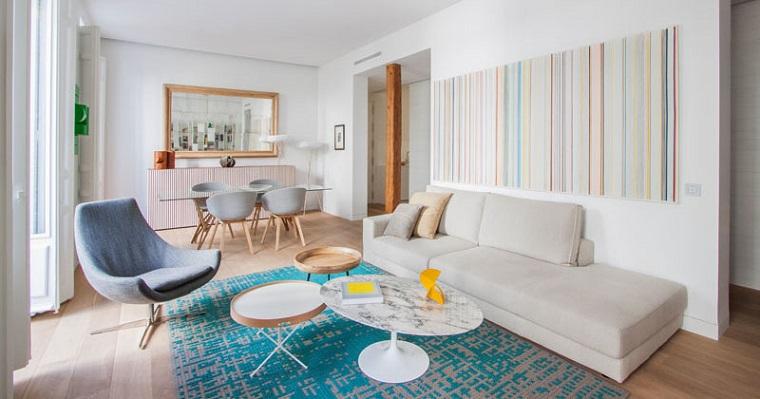 idea adorabile tappeto azzurro divano bianco