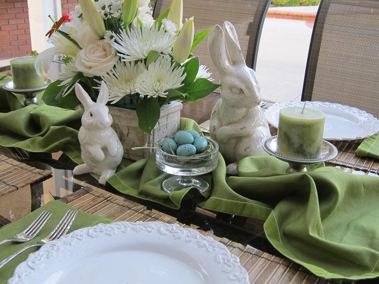 idea originale coniglietti uova tovaglia verde
