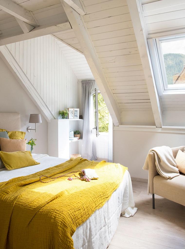 idee per arredare casa camera letto soffitto pendenza