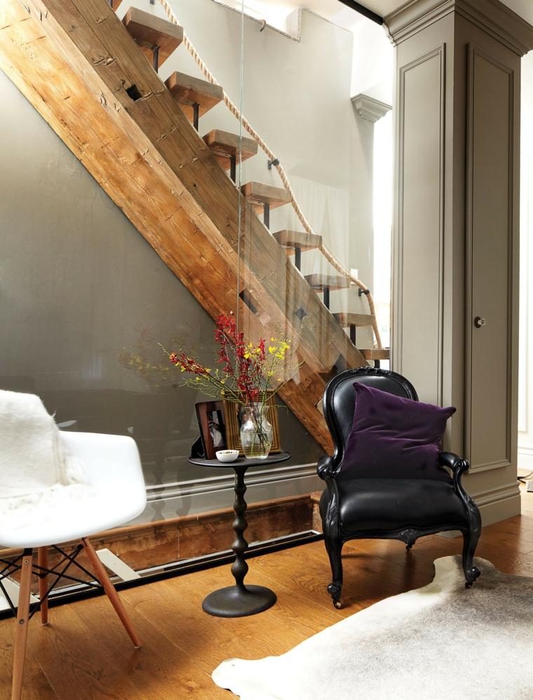 ingresso con scale interne arredamento con due poltrone pavimento in parquet con tappeto