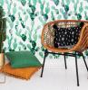 ingresso moderno sedia di ratan con cuscino parete con carta da parati vaso con cactus