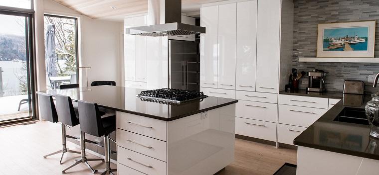 mobili moderni cucina bianchi laccati top nero
