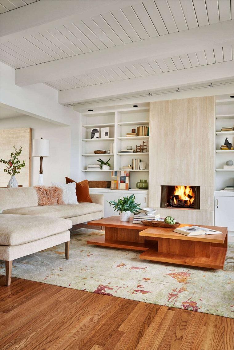 Soggiorno moderno, parete con camino a legna, soggiorno tavolino di legno