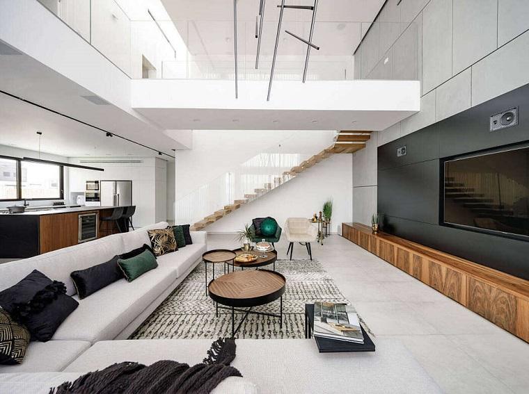 Saloni moderi, soggiorno con un divano grigio angolare, tavolini bassi da caffè