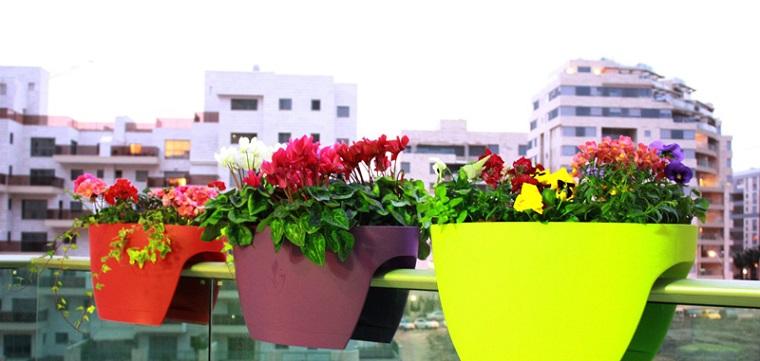 Piante per terrazzo alcune idee per un esterno strepitoso e coloratissimo - Vasi colorati esterno ...