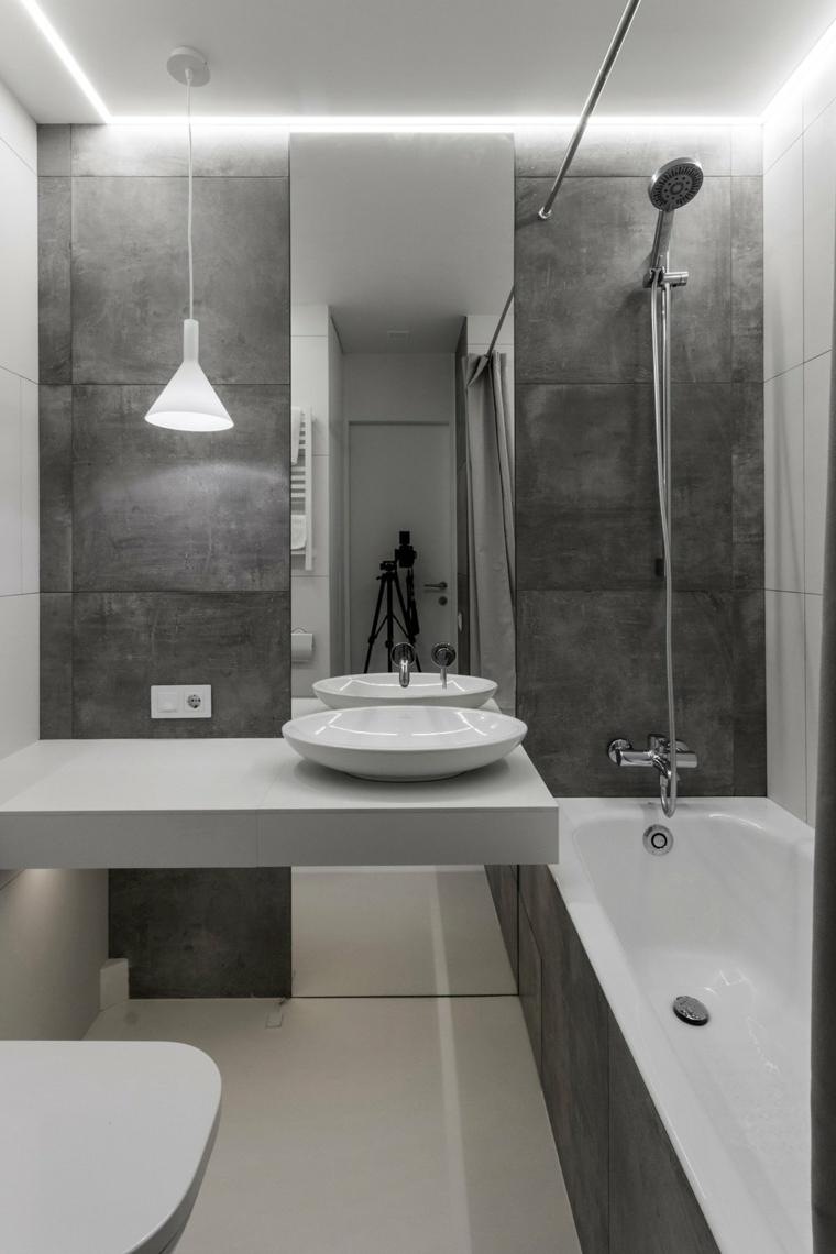 sala da bagno con vasca mobile lavabo sospeso con specchio arredare piccoli spazi