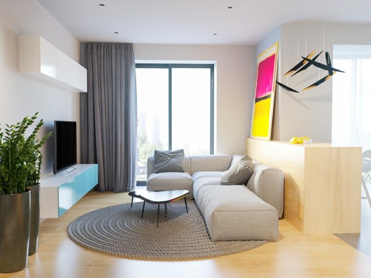 salotto con divano grigio e tavolino pavimento in legno finestra con tenda grigia
